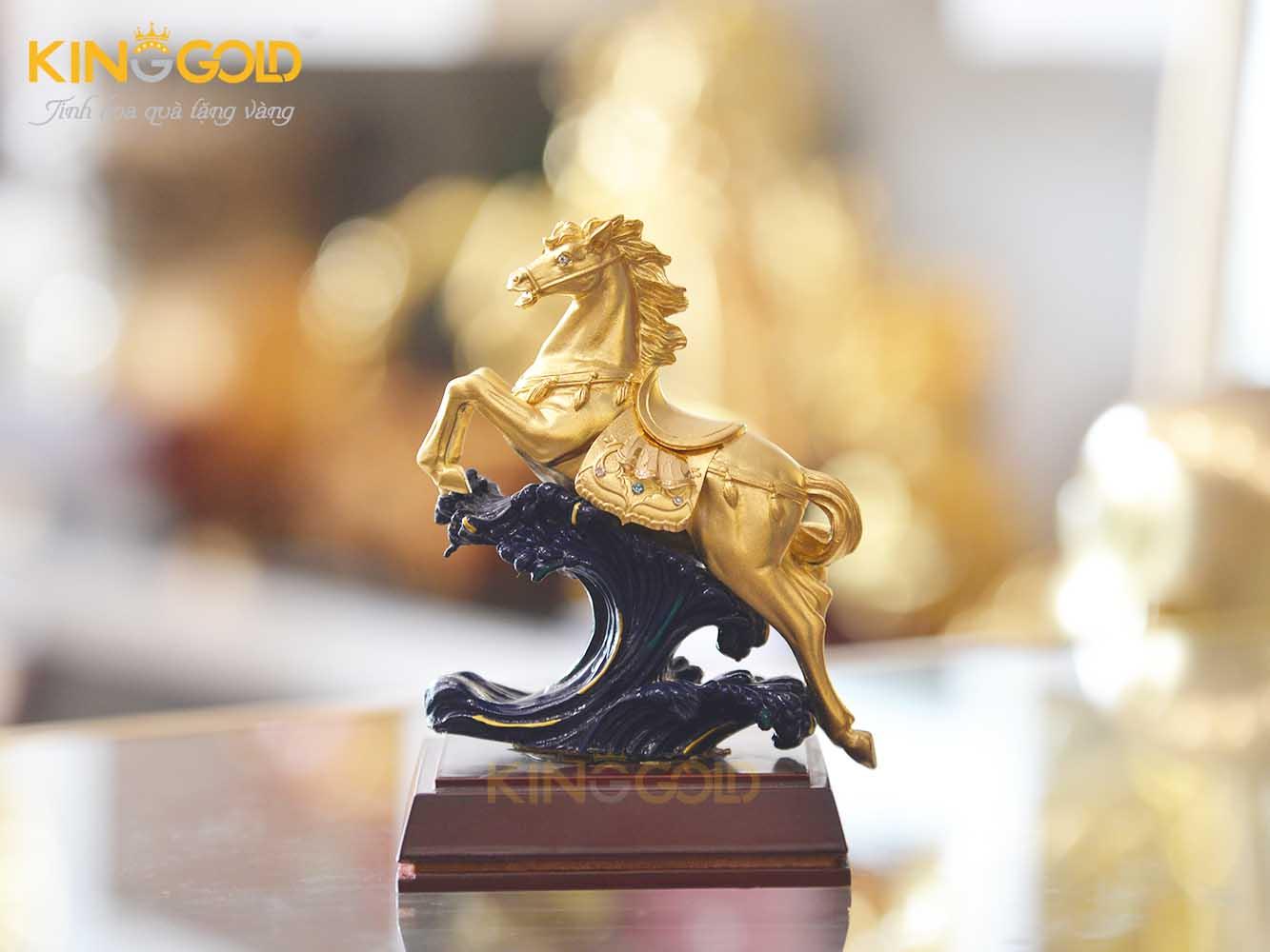 Ý nghĩa của tượng ngựa phong thủy mạ vàng là gì?